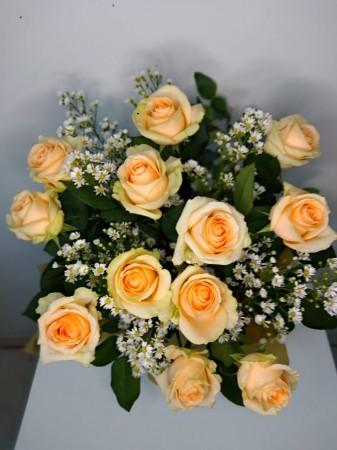 Arranjo de 12 rosas champagne na caixinha