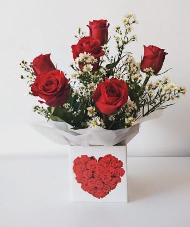 Arranjo de 06 rosas importadas na caixinha
