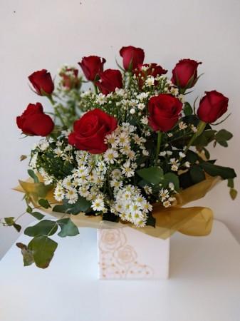 Arranjo de 12 rosas na caixinha