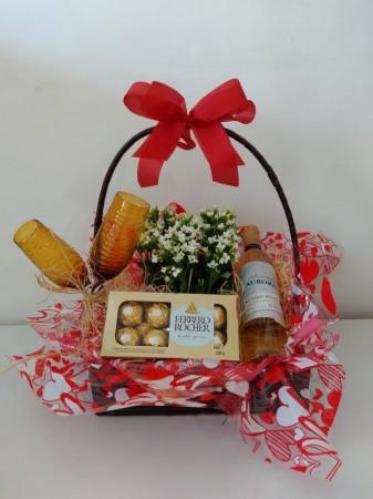Cesta c/ vinho, taças, chocolate e flor