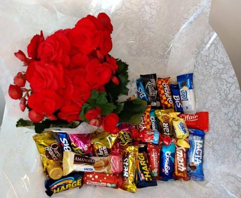 Cesta com flor e chocolate