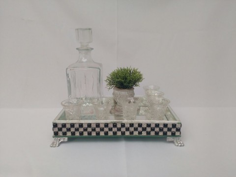 Bandeja com garrafa para licor , taças e vaso artificial