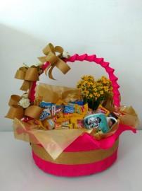 Cesta de café da manhã em cesta decorada