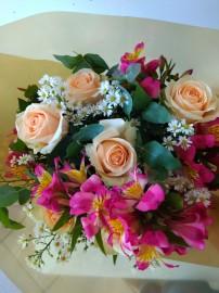 Ramalhete de rosas e astromélias